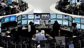Les principales Bourses européennes ont ouvert en repli mardi, plombées comme la veille par la glissade du secteur bancaire et aussi par des prises de bénéfice qui affectent le compartiment automobile. À Paris, l'indice CAC 40 reculait de 0,92% après 40 minutes d'échanges. Le Dax-30 perdait 0,67% à Francfort et le FTSE 0,41% à Londres. /Photo d'archives/REUTERS/Pawel Kopczynski