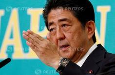 Le Premier ministre japonais, Shinzo Abe. Le gouvernement japonais a approuvé mardi un programme budgétaire d'un montant de 13.500 milliards de yens (118 milliards d'euros) destiné à la relance économique sous forme de primes en faveur des ménages à faible revenu et de dépenses d'infrastructures. /Photo prise le 21 juillet 2016/ REUTERS/Thomas Peter