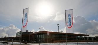 Штаб-квартира Infineon iв Нойбиберге, Германия. Немецкий производитель чипов Infineon отчитался о квартальной операционной прибыли и продажах, оказавшихся слабее прогнозов из-за стагнирующего спроса на чипы для смартфонов.   REUTERS/Michael Dalder/File Photo