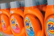 Procter & Gamble a annoncé mardi des résultats trimestriels supérieurs aux attentes, le géant américain des biens de consommation courante ayant enregistré une demande soutenue pour plusieurs gammes de produits, dont ceux pour les nourrissons. /Photo prise le 1er août 2016/REUTERS/Andrew Kelly