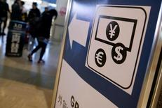 Вывеска пункта обмена валют в аэропорту Токио. Евро преодолел отметку $1,12 впервые более, чем за месяц, а снижение ставок в Австралии не смогло ослабить австралийский доллар, поскольку неуверенные данные ВВП США продолжили оказывать давление на его американского собрата. REUTERS/Yuya Shino/File Photo