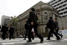 Un miembro del consejo del Banco de Japón reiteró en junio su petición de reducir las compras de bonos del Gobierno, mientras otro dijo que el enfoque ha cambiado hacia los tipos de interés desde las compras de activos, subrayando las dudas sobre el actual marco de política monetaria. En la imagen de archivo, hombres de negocios pasan ante el edificio del BOJ en Tokio, el 23 de marzo de 2016. REUTERS/Toru Hanai