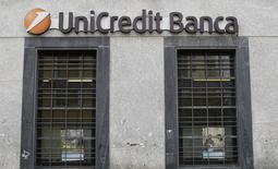 Unicredit, la première banque italienne par les actifs, cherche les moyens de combler un déficit de fonds propres estimé à 7-8 milliards d'euros à travers une augmentation de capital et des cessions d'actifs, apprend-on mercredi de deux sources proches du dossier. /Photo d'archives/REUTERS/Tony Gentile
