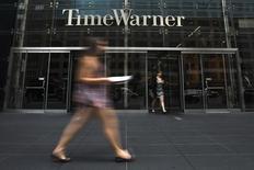 Офис Time Warner в Нью-Йорке. Американский медиаконцерн Time Warner Inc, владеющий телеканалами CNN и Cartoon Network, повысил прогноз прибыли на текущий год и заявил о приобретении 10-процентной доли в сервисе Hulu, предоставляющем доступ к телевизионным программам по подписке.  REUTERS/Adrees Latif