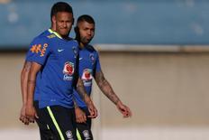 Neymar, Gabigol e mais um jogador da seleção brasileira olímpica de futebol durante treino em Goiânia.  REUTERS/Ueslei Marcelino