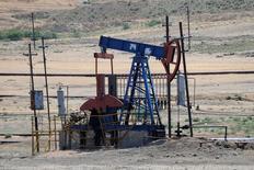 Нефтяной станок-качалка у города Сиазань в Азербайджане. 21 июня 2016 года. Цены на нефть выросли в четверг, продолжив повышаться после предыдущей сессии на фоне существенного снижения запасов бензина в США и значительного ослабления доллара с конца июля. REUTERS/Maxim Shemetov