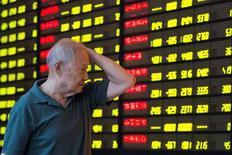 Инвестор в брокерской конторе в Нанкине. 27 июля 2016 года. Китайские фондовые индексы практически не изменились по итогам торгов четверга, несмотря на подъем большинства других азиатских индексов - инвесторов отпугивают свидетельства того, что Пекин разрывается между одинаково непривлекательными вариантами денежно-кредитного регулирования, пытаясь стимулировать вялую экономику. China Daily/via REUTERS