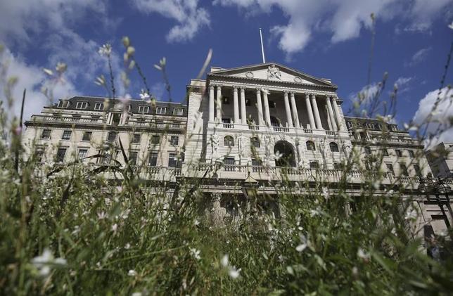 8月4日、イングランド銀行(英中央銀行、BOE)は政策金利を0.50%から0.25%に25ベーシスポイント(bp)引き下げるとともに、国債買い入れ枠を3750億ポンドから4350億ポンドに600億ポンド拡大し、投資適格級の社債を100億ポンド買い入れることも決めた。写真はロンドンのシティーにあるイングランド銀行(2016年 ロイター/Neil Hall)