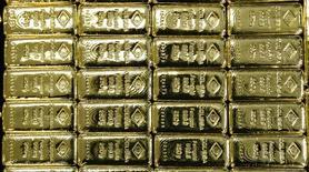 Слитки золота на заводе 'Oegussa' в Вене. 18 марта 2016 года. Золото в четверг отыграло ранние потери и ушло в плюс после решения Банка Англии снизить процентные ставки впервые с 2009 года. REUTERS/Leonhard Foeger