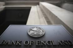 Un cartel en un edificio del Banco de Inglaterra en Londres, el 4 de agosto de 2016. El Banco de Inglaterra recortó sus tasas de interés el jueves por primera vez desde el 2009 y anunció que comprará 60.000 millones de libras esterlinas en deuda del Gobierno para reducir el impacto de la decisión de los votantes británicos de abandonar la Unión Europea. REUTERS/Neil Hall