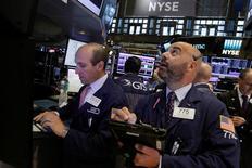 Трейдеры на торгах Нью-Йоркской фондовой биржи 28 июля 2016 года. Фондовые индексы США завершили торги четверга без внятной динамики, поскольку инвесторы сохраняли осторожность накануне пятничного отчёта о занятости в США за июль. REUTERS/Brendan McDermid
