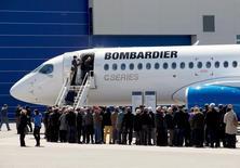 Акционеры осматривают самолет Bombardier CS300 после ежегодного собрания в Квебеке. Канадский производитель авиационной и железнодорожной техники Bombardier объявил о квартальном убытке, который оказался немного больше, чем ожидали аналитики, из-за падения выручки подразделения бизнес-джетов и ухудшения маржи подразделения коммерческих самолетов.  REUTERS/Christinne Muschi/File Photo