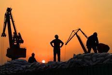 Рабочие в порту китайского города Наньтун. 24 февраля 2016 года. Китайский экспорт и импорт снизились сильнее, чем ожидалось, в июле, указывая на продолжающуюся слабость мирового спроса после решения Великобритании покинуть Европейский союз. REUTERS/China Daily