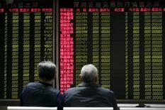 Инвесторы ждут открытия китайского фондового рынка в брокерской конторе в Пекине. 8 января 2016 года. Китайский фондовый рынок вырос в понедельник, так как подъем бумаг угольных компаний и устойчивый интерес к акциям сектора недвижимости компенсировали воздействие слабых торговых данных. REUTERS/Jason Lee