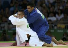 Alex Pombo (azul) em luta contra chinês Saiyin Jirigala na Rio 2016.   08/08/2016      REUTERS/Toru Hanai