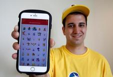 Nick Johnson, primeira pessoa a capturar todos os 145 pokémons, posa com celular em Tóquio, no Japão 08/08/2016 REUTERS/Kim Kyung-Hoon