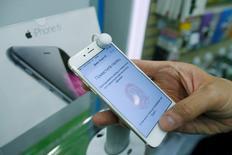 Apple Inc rechazó el martes las acusaciones del regulador de la competencia de Rusia de que podría haber estado implicado en manipulación de precios de sus teléfonos iPhone en el país, diciendo que los distribuidores fijan sus propios precios. En esta imagen de archivo, un hombre sujeta un iPhone 6 en una tienda de móviles en Moscú el 26 de septiembre de 2014. REUTERS/Maxim Shemetov/File Photo