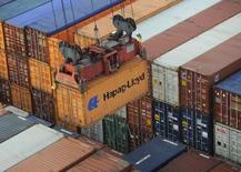 Un contenedor de Hapag-Lloyd siendo descargado desde un carguero a una terminal, en el puerto de Hamburgo, Alemania. 25 de octubre de 2011. Un aumento de las importaciones en Alemania superó una modesta alza de las exportaciones en junio, mostraron datos divulgados el martes, lo que redujo el superávit comercial en momentos que la mayor economía de Europa terminó el segundo trimestre con dificultades para mantener su fuerte impulso de inicios de año. REUTERS/Fabian Bimmer