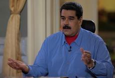 El presidente de Venezuela, Nicolás Maduro, dijo el martes que inició contactos con líderes de naciones dentro y fuera de la Organización de Países Exportadores de Petróleo (OPEP) en su más reciente intento por impulsar encuentros para discutir cómo apuntalar los alicaídos precios del crudo. En esta imagen cedida por el gobierno venezolano, Maduro durante su intervención semanal en la televisión pública en Caracas, el 9 de agosto de 2016. Miraflores Palace/Handout via REUTERS