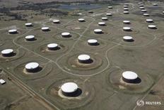 Нефтехранилища в Кушинге 24 марта 2016 года. Запасы нефти в США выросли за неделю, завершившуюся 5 августа, на 1,06 миллиона баррелей до 523,6 миллиона баррелей, сообщило Управление энергетической информации (EIA) в среду. REUTERS/Nick Oxford/File Photo