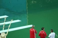 Autoridades analisam água no Maria Lenk,  09/08/2016 REUTERS/Antonio Bronic