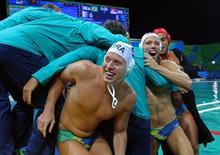 Jogadores do Brasil comemoram vitória no polo aquático.  10/08/2016.  REUTERS/Laszlo Balogh