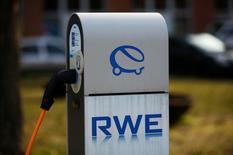 Автозаправочная станция RWE в Берлине для электрокаров. Немецкая энергетическая компания RWE в четверг отчиталась о 7-процентном падении операционной прибыли в первом полугодии, оказавшемся хуже прогнозов аналитиков, и связала потери с волатильным торговым подразделением.  REUTERS/Wolfgang Rattay