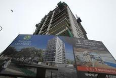 Imagen de archivo de un edificio en construcción en Lima, mayo 20, 2011. La actividad económica de Perú habría crecido un 3,70 por ciento interanual en junio, una desaceleración respecto al mes previo, por un traspié del sector construcción y una menor expansión del vital sector minero, mostró el jueves un sondeo de Reuters.  REUTERS/Pilar Olivares