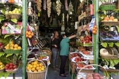 La moderación en las caídas de la inflación en España continuó durante el mes de julio, con el Índice de Precios al Consumo (IPC) bajando un 0,6 por ciento en tasa anual, según el dato definitivo del INE, que además coincide con la lectura preliminar.  Imagen de archivo de una frutería en Madrid, el 20 de julio de 2015. REUTERS/Juan Medina