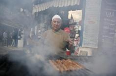 Мужчина готовит мясо на улице Каира. 23 февраля 2010 года. Группа Черкизово, один из крупнейших российских производителей мяса, отгрузил первую партию куриного мяса в Египет, рассчитывая поставить до конца года до 10.000 тонн этой продукции, сообщила компания. REUTERS/Asmaa Waguih