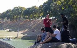 Pessoas jogando Pokémon Go em parque do Rio de Janeiro. 13/08/2016 REUTERS/Ricardo Moraes
