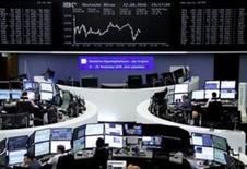 Operadores trabajando en la Bolsa de Fráncfort, Alemania. 12 de agosto de 2016. Las bolsas europeas operaban estables el lunes rondando unos máximos en siete semanas. REUTERS/Staff/Remote
