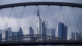 La confianza entre los analistas e inversores en la economía alemana se recuperó algo en agosto tras el susto causado el mes anterior por referéndum del brexit, según un sondeo publicado el martes. En la imagen, una vista general de Fráncfort con la sede del Commerzbank en Alemania, el 11 de febrero de  2016. REUTERS/Ralph Orlowski