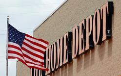 Home Depot, numéro un mondial des magasins de bricolage et d'aménagement de la maison, a relevé sa prévision de bénéfice annuel mardi après avoir fait état d'une hausse de 6,6% de ses ventes trimestrielles, soutenue par la bonne santé du marché immobilier américain. /Photo d'archives/REUTERS/Jim Young