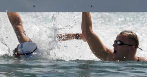 Holandes Weertman (direita) e grego Gianniotis na chegada da maratona aquática. 16/08/2016 REUTERS/Toby Melville