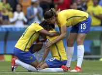 Jogadoras do Brasil consolam Marta após derrota nos pênaltis. 16/08/2016.  REUTERS/Bruno Kelly