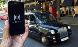 Uber inició acciones legales contra nuevas normas establecidas en Londres que exigen entre otras medidas pruebas escritas de inglés a los conductores, en un nuevo capítulo de la batalla de los reguladores con el servicio de transporte que enfrenta prohibiciones y protestas en todo el mundo. En la imagen, el logotipo de la aplicación de Uber en una pantalla de un teléfono móvil en Londres, Reino Unido, el 17 de agosto de 2016.    REUTERS/Neil Hall/Illustration