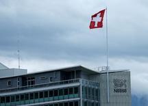 """Nestlé a confirmé sa prévision d'une croissance organique cette année """"en ligne avec 2015"""" même si les pressions exercées sur les prix ont ralenti la croissance du groupe alimentaire suisse au premier semestre. La croissance organique a ralenti à 3,5% au premier semestre, alors que les analystes interrogés par Reuters anticipaient 3,8%. /Photo prise le 16 avril 2016/REUTERS/Denis Balibouse"""