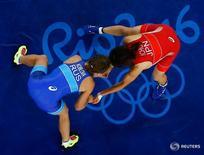 Россиянка Валерия Коблова (в синем) и японка Каори Итё в финальном олимпийском поединке по женской борьбе в весе до 58 килограммов в Рио-де-Жанейро 17 августа 2016 года. Двенадцатый день Олимпийских игр в Рио-де-Жанейро принёс сборной России два серебра и одну бронзовую медаль. REUTERS/Toru Hanai
