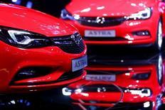 Opel, filiale européenne de General Motors, a annoncé vendredi une réduction du temps de travail dans deux usines en Allemagne en raison d'une baisse de la demande de modèles Corsa et Insignia consécutive à la décision de la Grande-Bretagne de quitter l'Union européenne /Photo prise le 15 septembre 2015/REUTERS/Kai Pfaffenbach