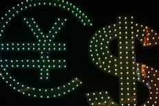 Символы валют евро (справа), иена (в центре) и доллар США в Гонконге 1 ноября 2014 года. Доллар укрепляется в пятницу, но может показать недельный спад к основным валютам-конкурентам, поскольку инвесторы сомневаются в возможности повышения ставки ФРС США в текущем году. REUTERS/Damir Sagolj