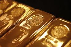 Золотые слитки. Золото дешевеет в пятницу после недельного роста из-за комментариев от некоторых чиновников ФРС, усиливших уверенность рынка в повышении процентных ставок в этом году. REUTERS/Yuriko Nakao