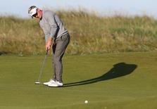 Golf-British Open - England's Luke Donald putts on the second green during the first round - Royal Troon, Scotland, Britain - 14/07/2016. REUTERS/Russell Cheyne