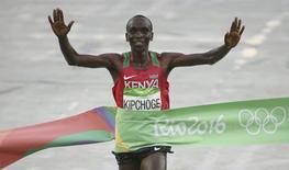 2016 Rio Olympics - Athletics - Final - Men's Marathon - Sambodromo - Rio de Janeiro, Brazil - 21/08/2016. Eliud Kipchoge (KEN) of Kenya wins the marathon.    REUTERS/Sergio Moraes