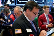 Operadores trabajando en la Bolsa de Nueva York, Estados Unidos. 9 de agosto de 2016. Wall Street abrió el lunes con baja, en momentos en que los precios del petróleo registraban su mayor caída en más de cuatro semanas y los inversores analizaban las perspectivas de un alza en las tasas de interés en los próximos meses. REUTERS/Lucas Jackson