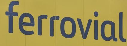 La constructora mexicana ICA está en conversaciones finales con la española Ferrovial y otros dos socios para presentar juntos una oferta para construir la terminal del nuevo aeropuerto de la capital, dijeron a Reuters cuatro fuentes, un proyecto que se estima tendría un coste de 3.500 millones de dólares. En la imagen, el logo de Ferrovial en Madrid, el 9 de marzo de 2016. REUTERS/Sergio Pérez