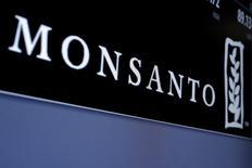 El logo de Monsanto mostrado en una pantalla donde se negocian las acciones de la compañía, en la Bolsa de Nueva York. Las acciones de Monsanto subían el martes más de 4 por ciento en las operaciones previas a la apertura de Wall Street, tras conocerse un reporte de Bloomberg que aseguró que las conversaciones entre el productor de semillas y la alemana Bayer para un acuerdo de adquisición están muy avanzadas. REUTERS/Brendan McDermid