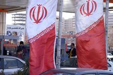 Banderás iraníes vistas en una gasolinera en Teherán, Irán. 25 de enero de 2016. Irán está enviando señales de que podría apoyar una acción conjunta que impulse al mercado petrolero, dijeron fuentes de la OPEP y del sector, lo que puede ayudar a revivir un intento de acuerdo para congelar los niveles de producción en una reunión del mes próximo. REUTERS/Raheb Homavandi/TIMA
