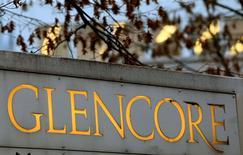 Le groupe minier Glencore a annoncé mercredi une contraction de 13% de son bénéfice ajusté (Ebitda) à quatre milliards de dollars (3,54 milliards d'euros) au premier semestre et s'est fixé un nouvel objectif de réduction de sa dette, plus ambitieux que le précédent. /Photo d'archives/REUTERS/Arnd Wiegmann