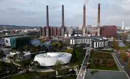 Производственный объект  Volkswagen в Вольфсбурге, Германия. Рост экспорта, государственные расходы и частное потребление способствовали расширению ВВП Германии во втором квартале, с лихвой компенсировав слабый показатель инвестиций компаний в крупнейшую по величине экономику Европы, показали данные в среду. REUTERS/Fabrizio Bensch/File Photo